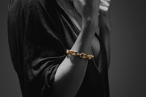 Acropepe-Gold-luxury-bracelet-bw-c-RUI_6488_600